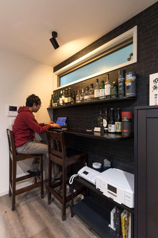 建築システム(狭小住宅専門店)【収納力、狭小住宅、ガレージ】ご主人念願のバーカウンターはダイニングに。大好きなお酒を楽しむだけでなく、パソコン作業などの際には書斎としても利用する