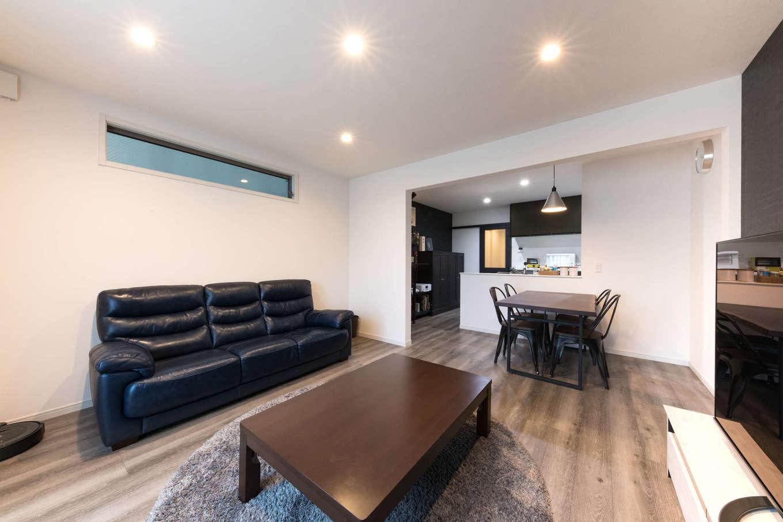 建築システム(狭小住宅専門店)【収納力、狭小住宅、ガレージ】LDKは17.35畳。リビング部分を広く取ることで、1階のビルトインガレージも可能になった。構造上必要な壁はキッチンダイニングとの緩やかなゾーニングに貢献している