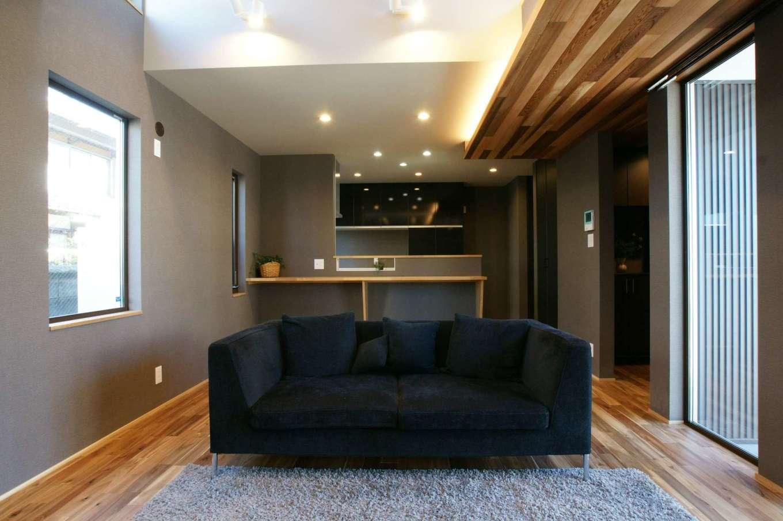 RIKYU (リキュー)【デザイン住宅、狭小住宅、建築家】白、グレー、ブラウンでコーディネートしたLDK。キッチンから吹抜けを通して2階の気配がわかるので安心。レッドシダーの天井がアクセントに