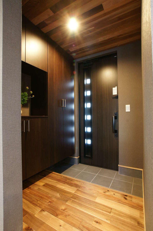RIKYU (リキュー)【デザイン住宅、狭小住宅、建築家】落ち着いた雰囲気のクロスと間接照明で構成された玄関ホール。リビングと同じレッドシダーを天井に採用して統一感を持たせた