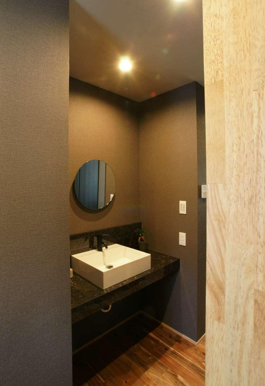RIKYU (リキュー)【デザイン住宅、狭小住宅、建築家】2階の子ども部屋に上がる前に手を洗う目的で、階段付近に設置した洗面コーナー。隠れた場所までグレーでコーディネートしたところに施主さんのこだわりを感じる