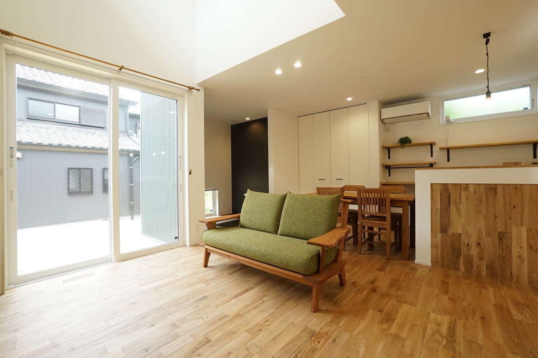 RIKYU (リキュー)【デザイン住宅、趣味、建築家】吹抜けの開放感が気持ちいいLDK。無垢の床の色、質感に合わせて家具をコーディネートした