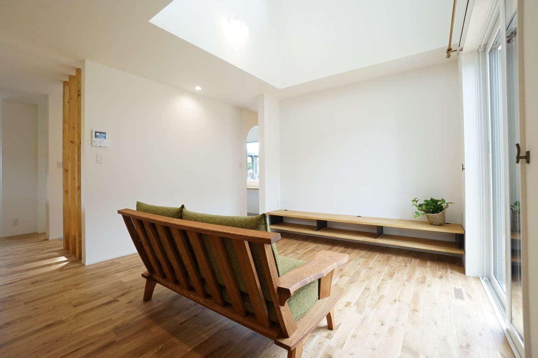RIKYU (リキュー)【デザイン住宅、趣味、建築家】畳コーナーとひとつながりのリビング。吹抜けと南面の大きな窓からたっぷりの光が降り注ぐ。無垢の床の経年変化も楽しみ