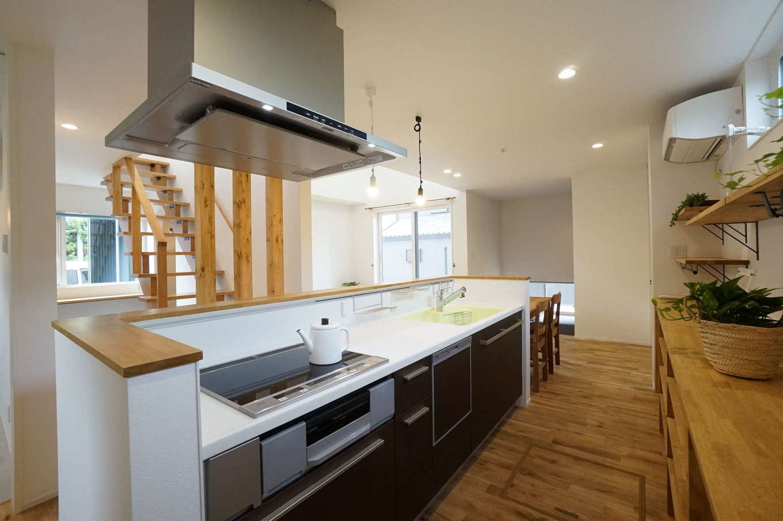 RIKYU (リキュー)【デザイン住宅、趣味、建築家】家族の様子が見える場所にキッチンを配置。子どもが大きくなっても距離感が開かないようリビングイン階段を採用した