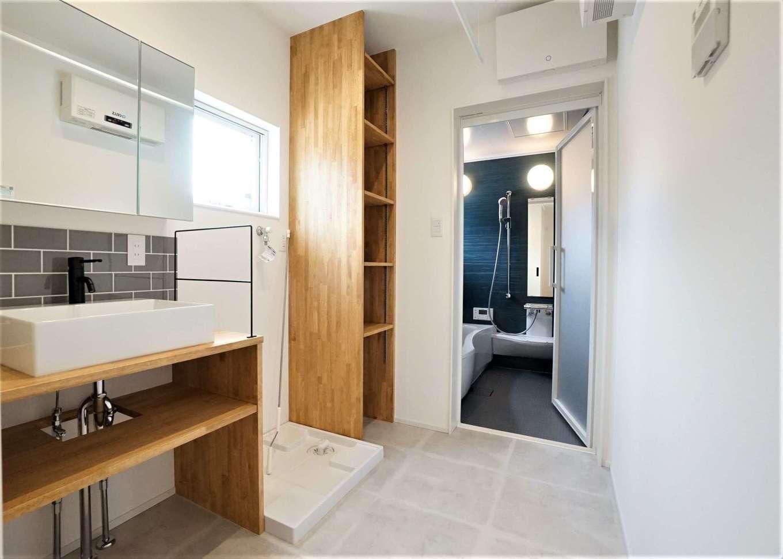 RIKYU (リキュー)【デザイン住宅、趣味、建築家】ゆったりとスペースをとった洗面脱衣室。ハイサイドライトが北面とは思えないほど十分な光をもたらす
