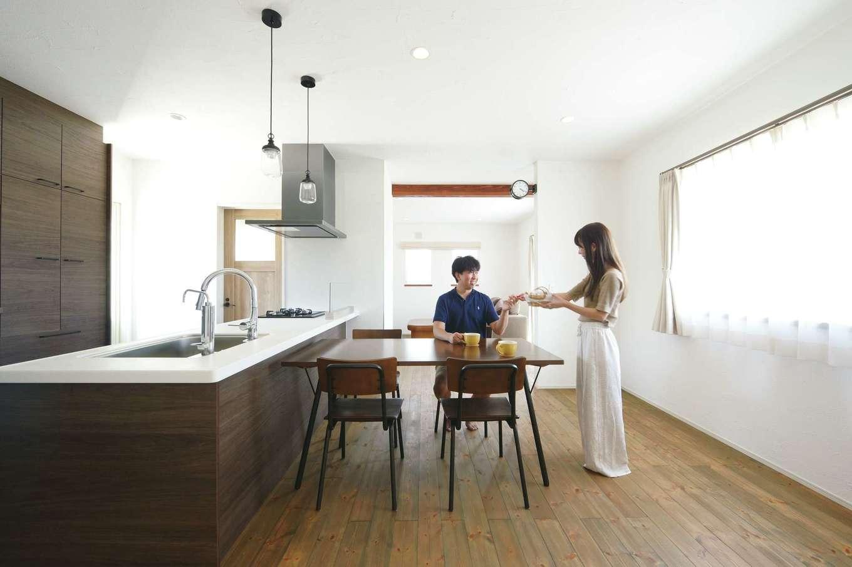 casa carina 浜北(内藤材木店)【デザイン住宅、間取り、インテリア】家族もゲストも温かく迎えるオープンキッチン。料理する間も孤立感がなく、友人も気軽に手伝える。無垢の味わいや漆喰を活かすため、インテリアは白・茶・黒でコーディネート