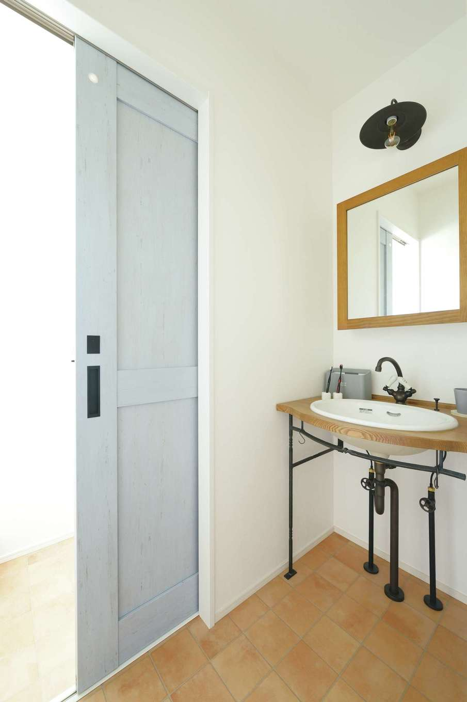 casa carina 浜北(内藤材木店)【デザイン住宅、間取り、インテリア】2階のトイレと洗面台。アイアンの照明、水栓を使ったアンティーク調の絵になる空間