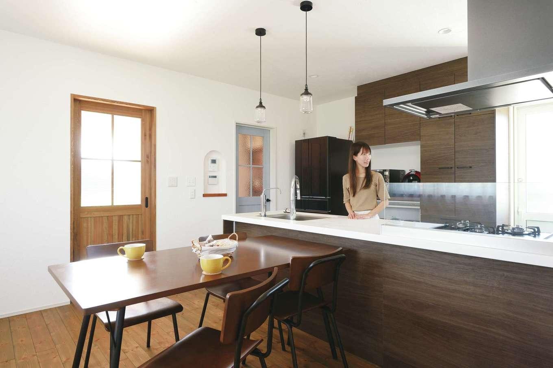 casa carina 浜北(内藤材木店)【デザイン住宅、間取り、インテリア】共働きの夫妻は2人で料理することが多いため、並んでも余裕の広さを確保