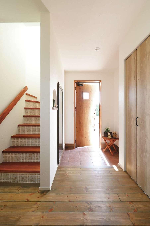 casa carina 浜北(内藤材木店)【デザイン住宅、間取り、インテリア】家に帰るのが楽しくなる玄関。木製の階段は蹴板のモザイクタイルがステキ