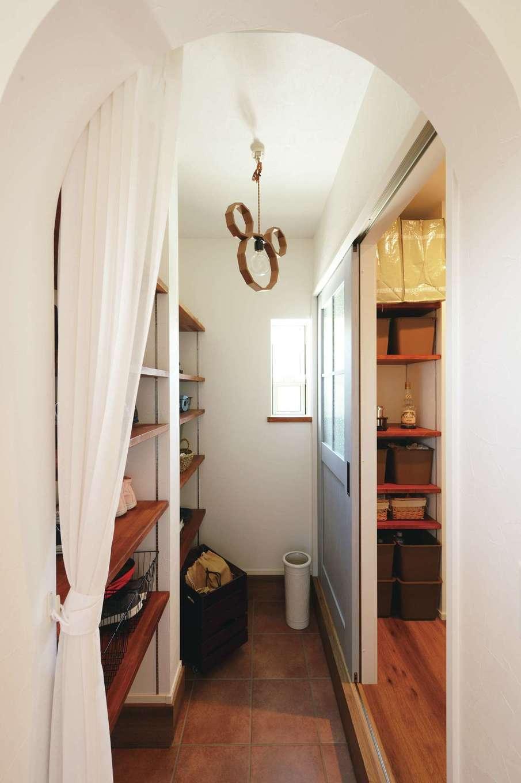 casa carina 浜北(内藤材木店)【デザイン住宅、間取り、インテリア】玄関のアーチをくぐると土間収納があり、買い物の荷物を直接パントリーへ運べる