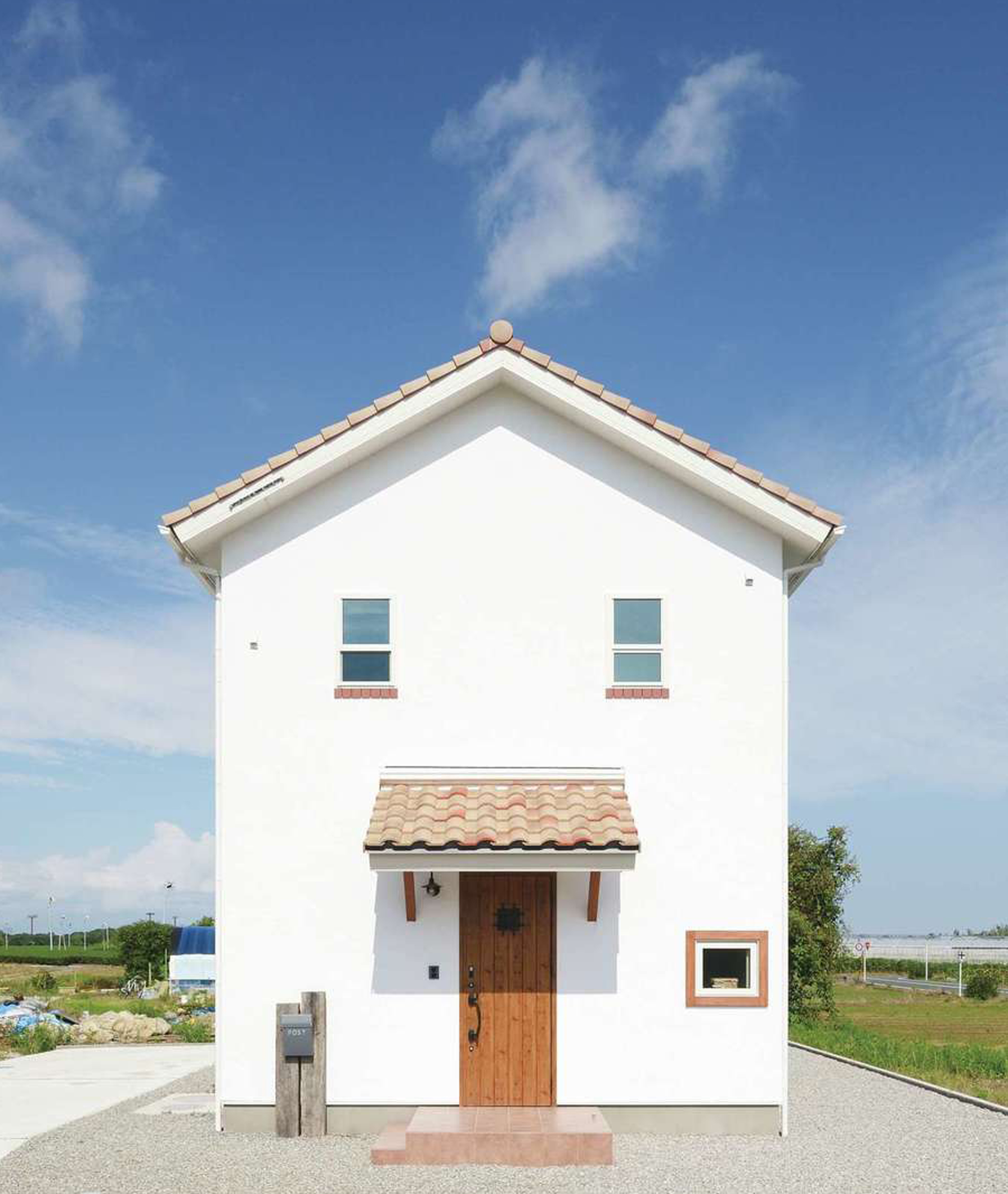 casa carina 浜北(内藤材木店)【デザイン住宅、間取り、インテリア】青空と太陽の光に映える真っ白な外観。漆喰は紫外線に反応して汚れを分解し、白さをキープする。かわいらしい窓には高性能の樹脂サッシを採用