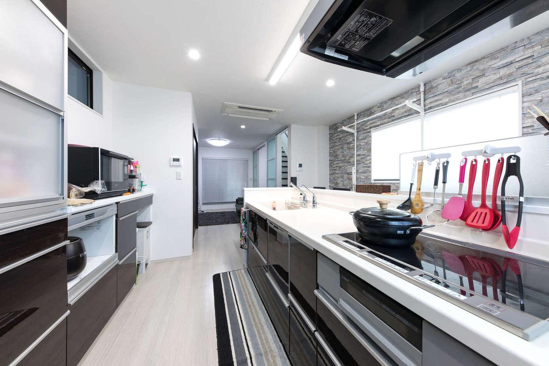 キッチン背面には機能的な収納を。スペースにゆとりがあるので、将来、娘と一緒に料理やお菓子づくりをするのも楽しみ