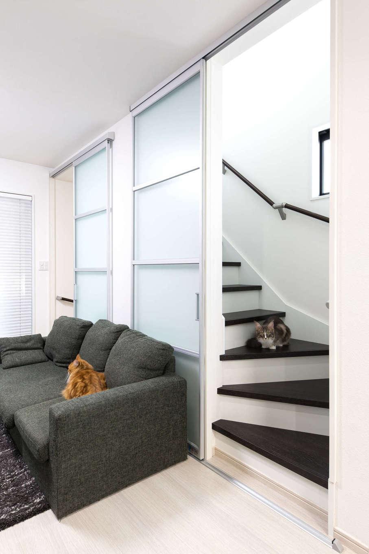 階段の引き戸を開け放てば、2匹の愛猫たちも自由に行き来ができストレスフリーに。1階や3階の家族の気配も感じやすい