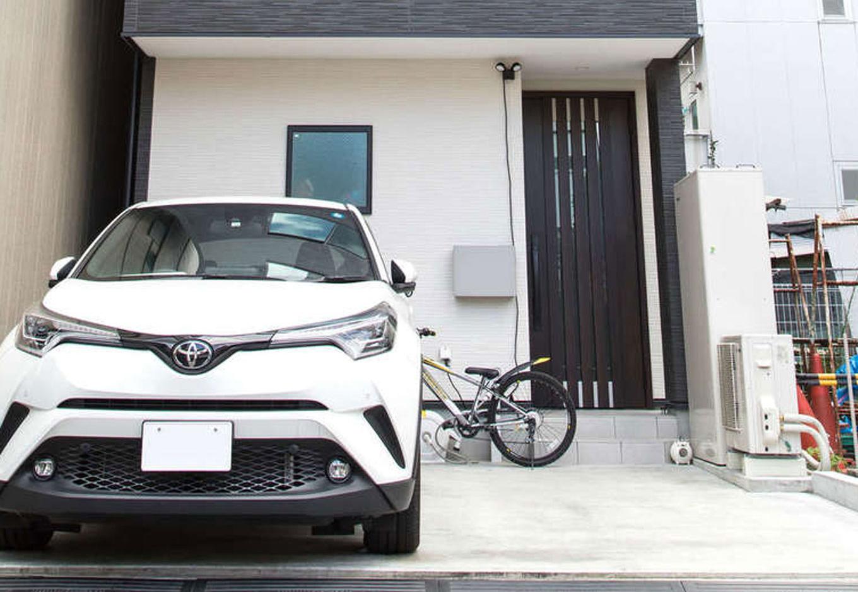 駐車は2台可能。玄関の軒天井を壁に合わせて白にすることで、優しい印象の玄関ポーチに