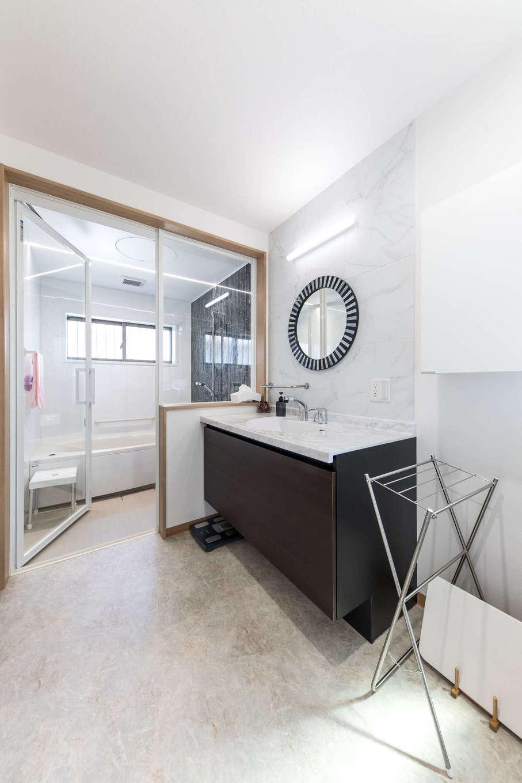 建築システム(狭小住宅専門店)【1000万円台、自然素材、平屋】洗面台はホテルのサニタリールームのようなモダンな印象。浴室は透明のドアと壁にして閉塞感をなくした