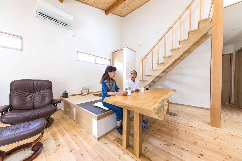 建築システム(狭小住宅専門店)【1000万円台、自然素材、平屋】間取りに合わせて造作した一枚板のテーブル。椅子は置かずにスペースを節約。階段は大工の技術を活かしてすべて天然木で製作。最下段は畳の小上がりが兼ねている