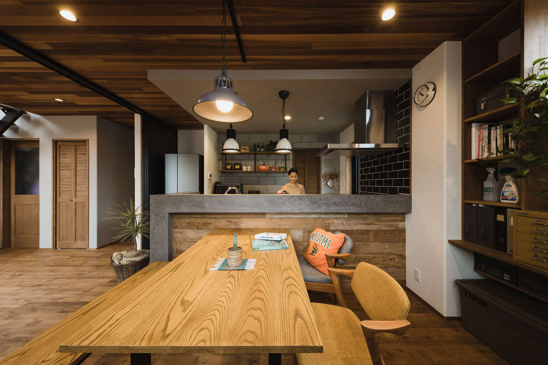 カフェのようなモールテックス+古材のキッチンカウンター