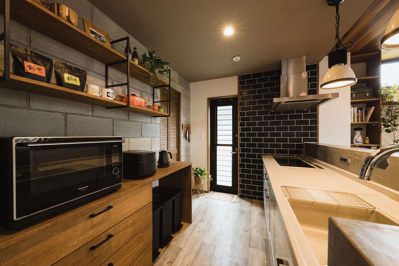 『MINERBASE.』オリジナルのキッチン背面収納も空間にマッチしている