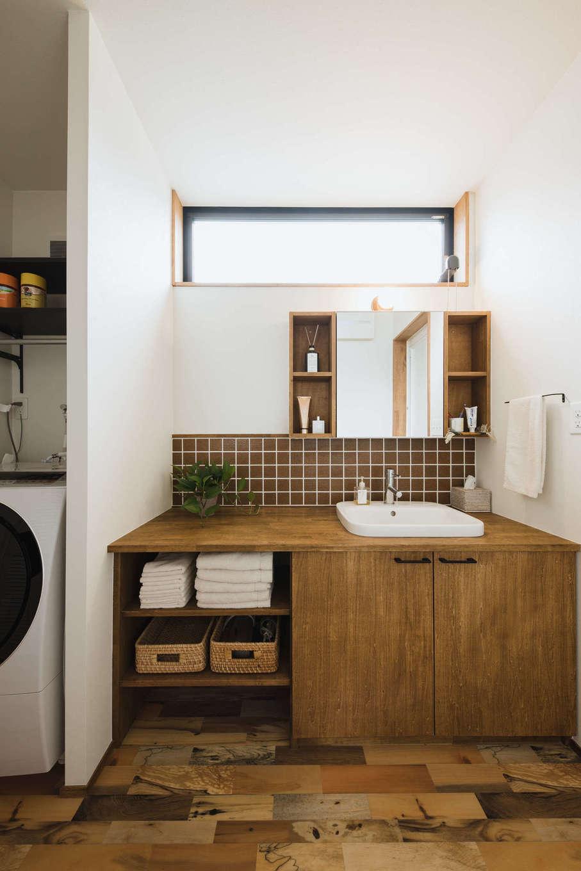 造作洗面化粧台は、夫婦の生活スタイルに合わせて収納を設計