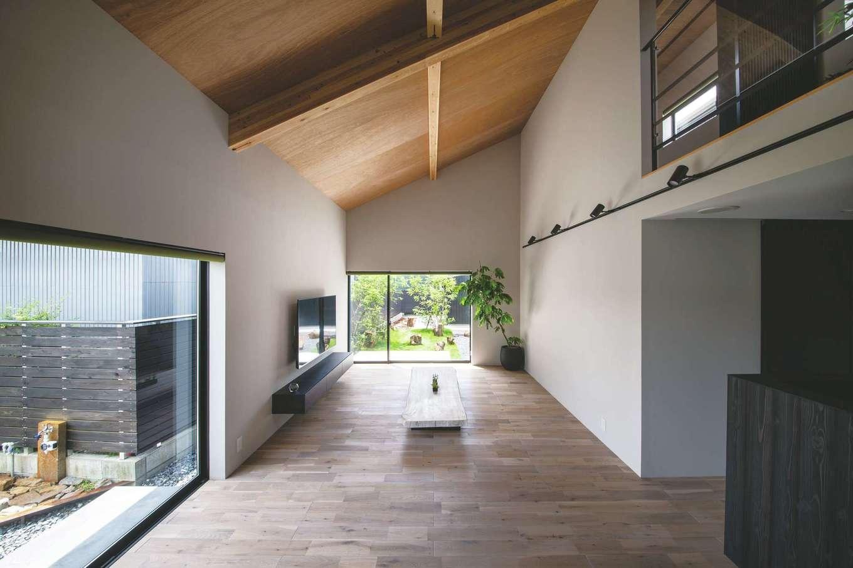 インフィルプラス【浜松市中区上島5-13-17・モデルハウス】ラーチ合板の勾配天井が、木でできたタープのようにたおやかな表情をもたらすリビング。SE構法により、仕切りのない大空間・大開口が実現