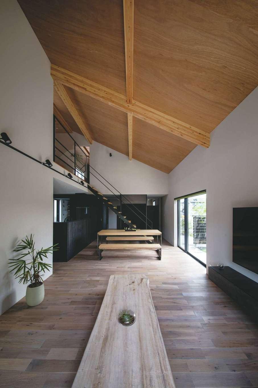 インフィルプラス【浜松市中区上島5-13-17・モデルハウス】ナラの無垢の床が広がる空間で、センダンのテーブルやTVボードがインパクトを放つ。どちらも同社のオリジナル家具