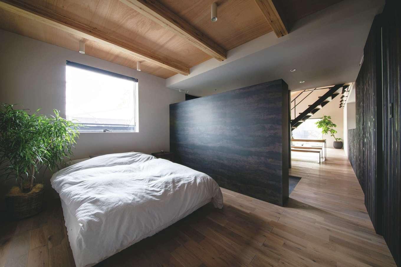 インフィルプラス【浜松市中区上島5-13-17・モデルハウス】玄関収納で空間を仕切った主寝室。W断熱と「光冷暖」により、室内の温度差が無く、年中快適な温熱環境を保つ
