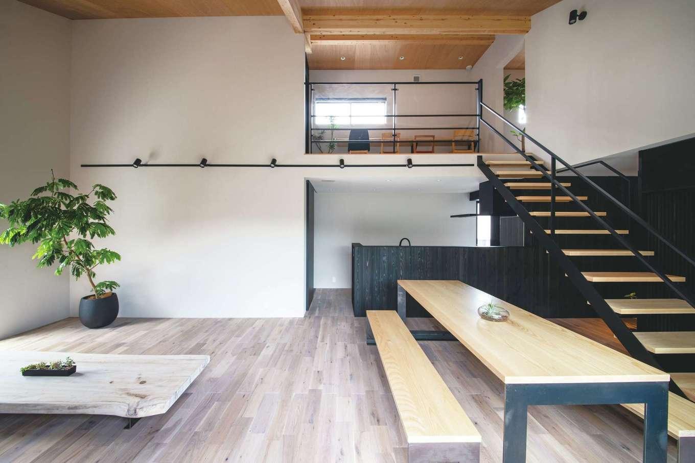 インフィルプラス【浜松市中区上島5-13-17・モデルハウス】ワンフロアで日常を過ごせる1階と、子ども部屋や趣味の部屋、収納など、フレキシブルに使える屋根裏空間。荷物を持って2階にアクセスするときのことを考え、固定階段を備えつけてある