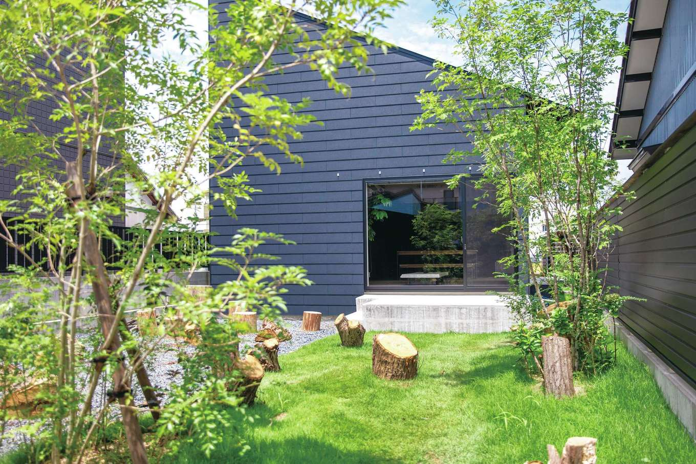 インフィルプラス【浜松市中区上島5-13-17・モデルハウス】木の切り株だけで樹林を表現した中庭。直線のシンプルな建物に曲線の樹木が映える。人工的な直線と自然物の曲線をうまく組み合わせて調和をとる、それが『インフィルプラス』の外構の基本