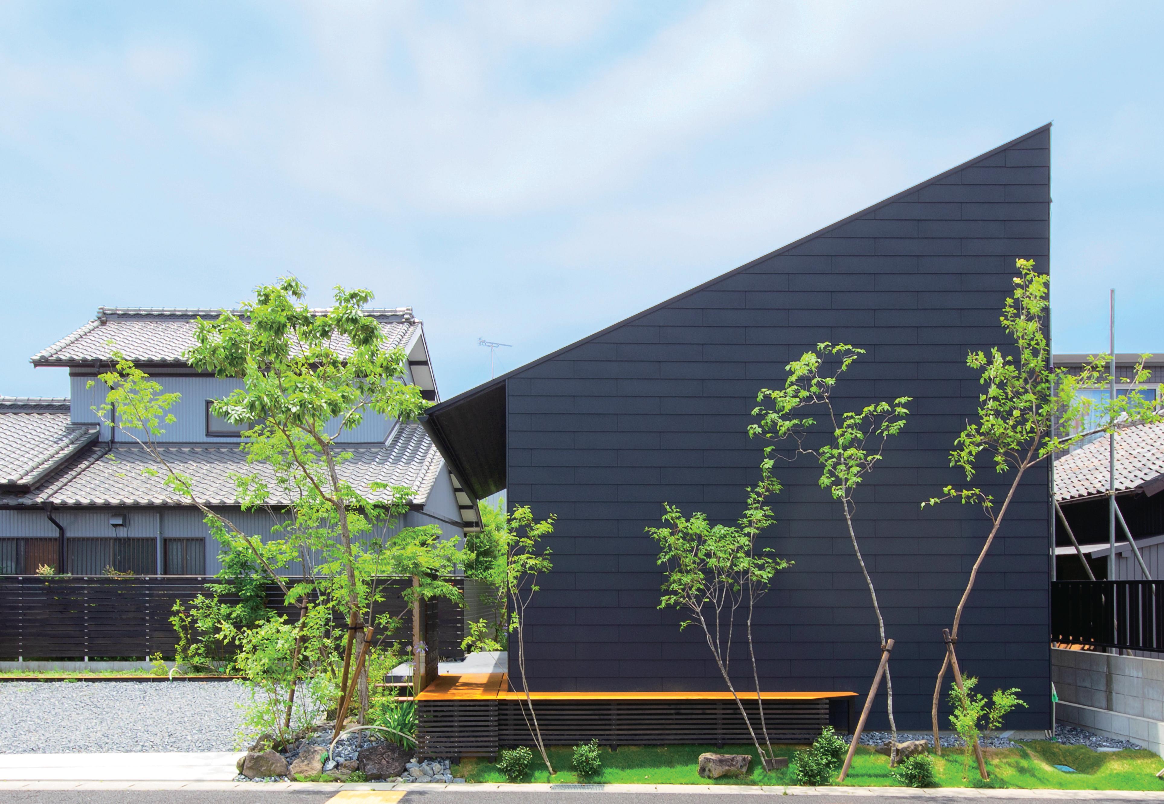 インフィルプラス【浜松市中区上島5-13-17・モデルハウス】L字型の敷地の内角にあえて四角い建物を配し、余った部分を駐車場と中庭に利用。形状に問題がある敷地だからこそ、それをクリアした建物には特別感が生まれる
