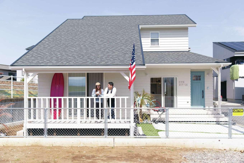 住起産業【田方郡函南町仁田217・モデルハウス】ダイナミックな大屋根は、アメリカの住宅で最も多く使われているシングルルーフ。表面の陰影とグラデーションでアメリカンな雰囲気に。清々しい白い外壁は、幅の広い板を1枚1枚重ね張りしたラップサイディング。アウトドアスポーツを趣味にしている人、アメリカンインテリアやデザイン住宅が好きな人にぜひ見てほしい