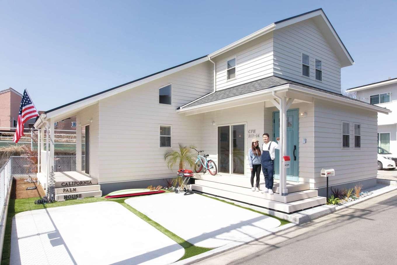 住起産業【田方郡函南町仁田217・モデルハウス】閑静な住宅街の中、大屋根に白いラップサイディングが映える、アメリカンリゾート風の佇まい。4隅をRにした駐車スペースもおもしろい