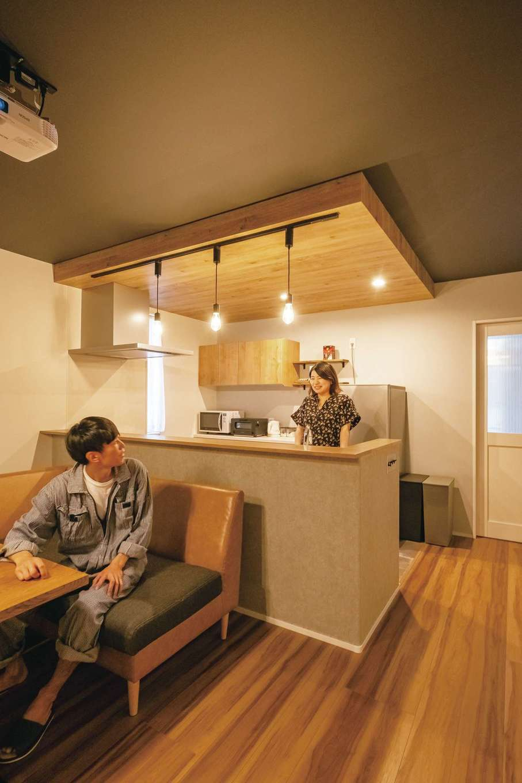 カフェカウンターのようなキッチン。壁面はご主人がモルタル調に塗装