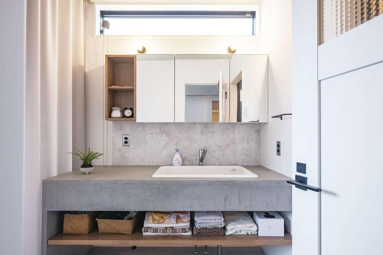洗面脱衣所も素材感を大切にした。洗面台はモルタルを用いて男前な空間に仕上げている