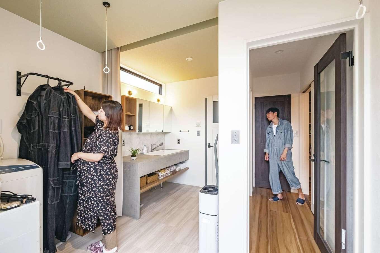 キッチン、洗面脱衣所、ランドリールームは回遊できる動線に。ハンガーパイプの取り付けもご主人のDIY