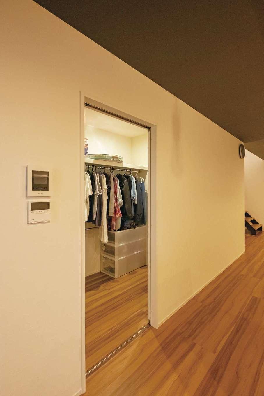 リビングに設けた大きなウォークインクローゼット。日常の衣類をまとめて収納し、家事動線と身支度動線を短縮