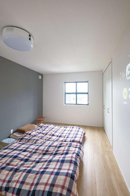 寝室には照明と一体型のプロジェクターを。眠りに落ちるまでのミニシアターに