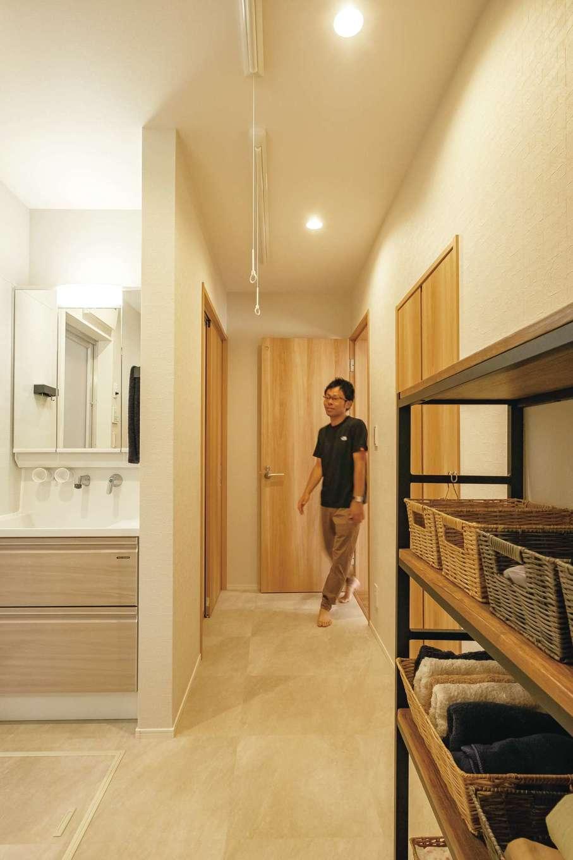 玄関からも寝室からも繋がる洗面・浴室の水回り。この先はキッチンへ