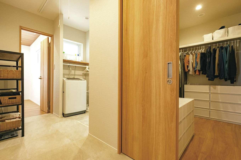 寝室内クローゼットのドアを開けると、洗面、脱衣所、リビングへと続く