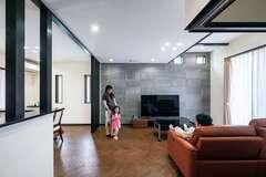 天然無垢材のヘリンボーンと塗り壁が空気を整える快適な家