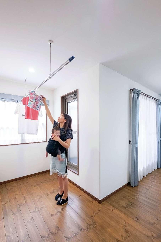 寝室入口には室内干しスペース。すぐにテラスがあり、外干しや取り込みの動線もスムーズ