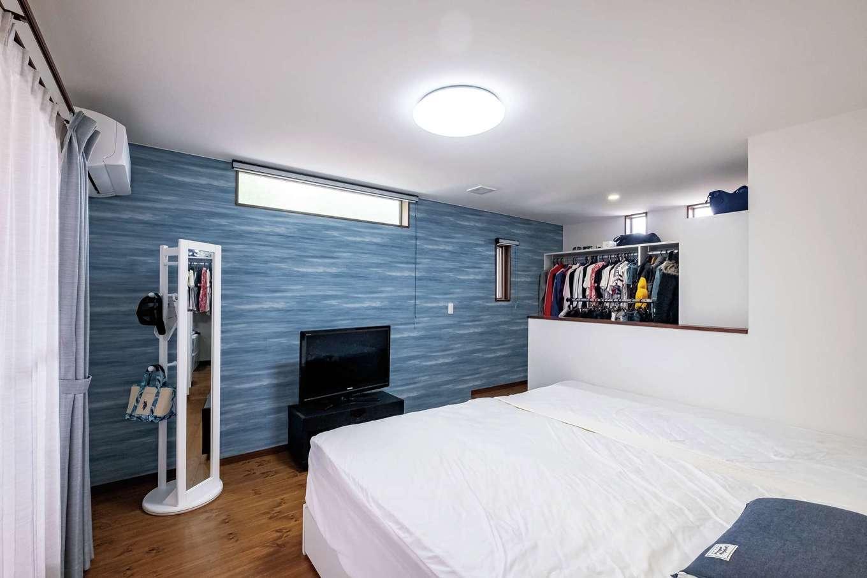 仕切りをなくし、広々と開放的に仕上げた寝室。ウォークインクローゼットはショップのような雰囲気の小上がりタイプ