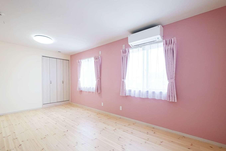 間仕切り可能な子ども部屋。第2子も女の子とわかっていたため、壁には明るくやさしいピンクを採用。子どもたちのためにインテリアも奥さまが選んだ。床もクリアホワイトの自然塗料でやさしいイメージ。2階床はパイン材をそれぞれ塗装