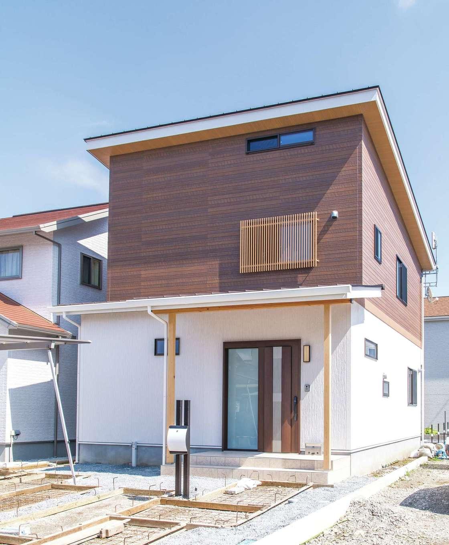 ナチュラルデザイン(西島建築設計工務)【子育て、趣味、間取り】まばゆい白と木質のツートンの外観。大きな小屋裏があるため、外観も存在感を増している