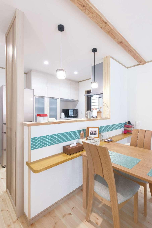 ナチュラルデザイン(西島建築設計工務)【子育て、趣味、間取り】対面キッチンの壁にはミニカウンターの造作とタイルのアクセントが
