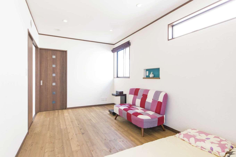 ナチュラルデザイン(西島建築設計工務)【子育て、趣味、間取り】シンプルにまとめた寝室。スリット窓とニッチをアクセントに