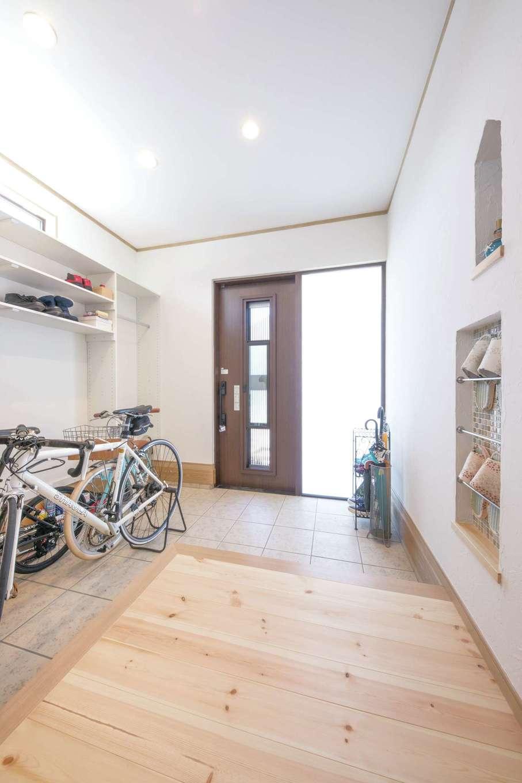 ナチュラルデザイン(西島建築設計工務)【子育て、趣味、間取り】玄関はL字型に。ご主人が上がりかまちに腰掛けてロードバイクのメンテナンスができるよう設計されている