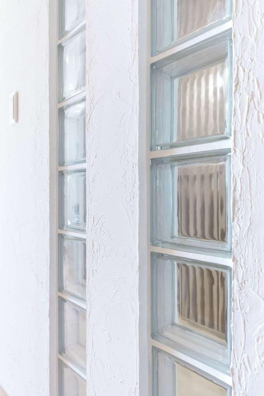 ナチュラルデザイン(西島建築設計工務)【子育て、趣味、間取り】キッチン脇の壁にはガラスブロックをはめ込み、廊下階段を行き来する家族の様子がわかるひと工夫を