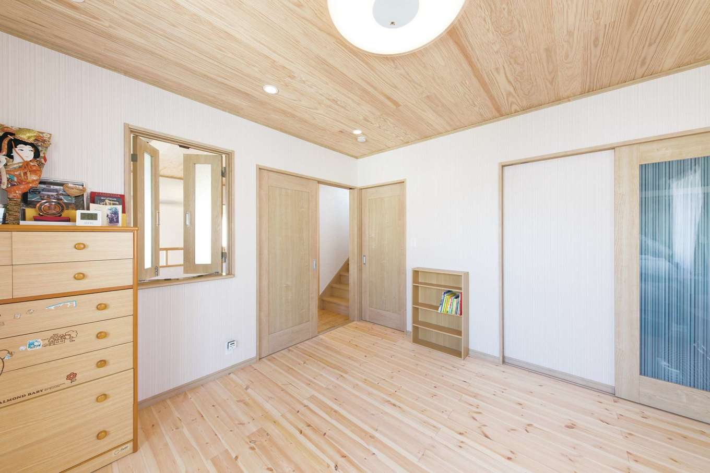 寝室の吹抜け側の壁には小窓を設け、1階との一体感を生み出す