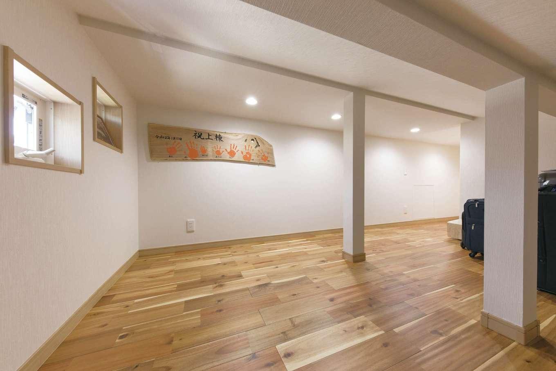 小屋裏の床には、傷が付きにくい堅めのアカシアの無垢材を。家族の手形を付けた棟板はここに飾られている。一級建築士、工学修士(建築)をはじめ、多くの建築資格を持つ西島さんならではの提案力に、Sさん夫妻も大満足