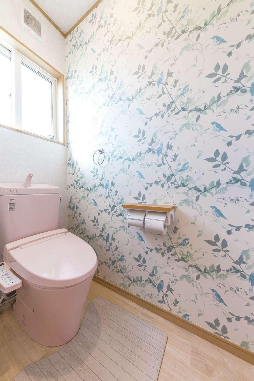 トイレには居室とは雰囲気が異なる、自然を感じる図柄のクロスを用いた